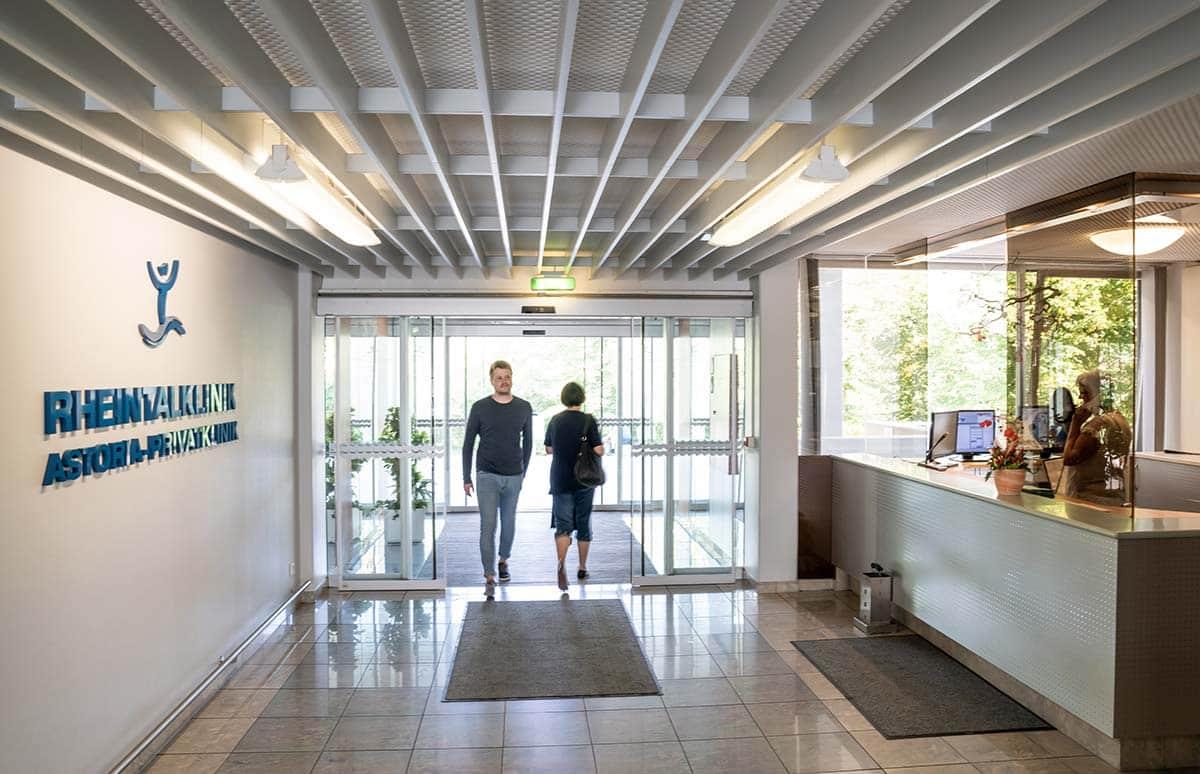 Fotoshooting im Eingangsbereich der Rehaklinik